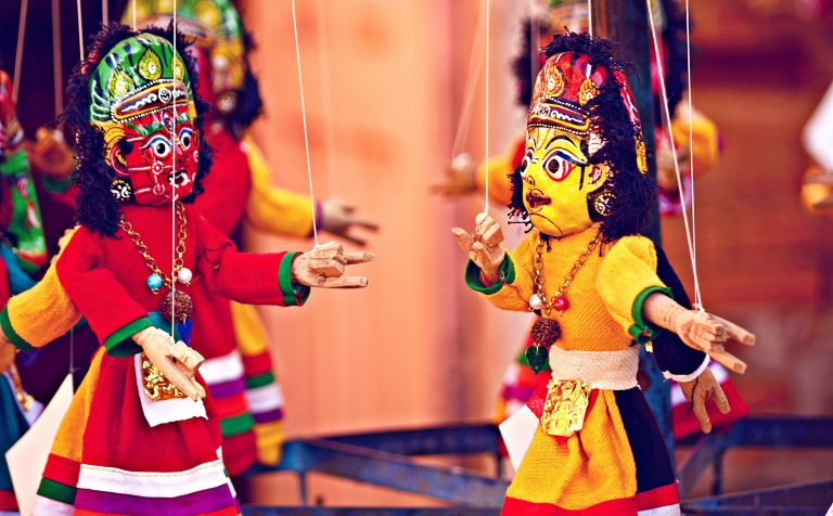 Marionetki na sznurkach Photo by Sagar Dani on Unsplash